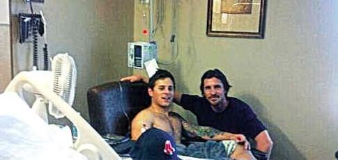 贝尔与蝙蝠侠枪击案幸存者在医院合照